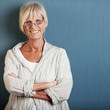 portrait einer seniorin mit verschränkten armen