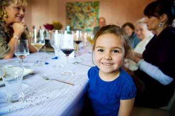 Kind im Restaurant am leeren Tisch