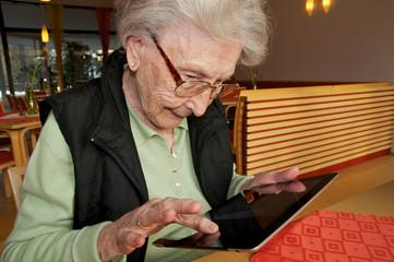 älter Dame mit tablet Computer
