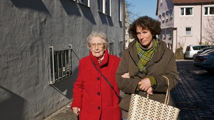 ältere Dame mit Betreuerin