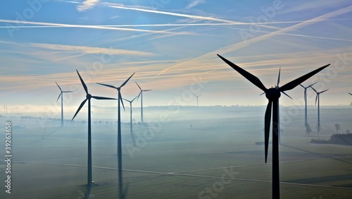 Windpark im Morgennebel