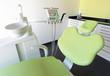 Zahnarztstuhl mit Geräten und Spülschüssel