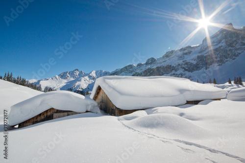 Verschneite Almhütten in den Alpen