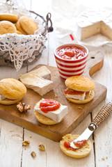 Scones salati con brie e marmellata di rabarbaro