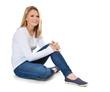 Attraktive junge Frau sitzt auf dem Boden