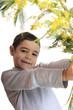 bambino con mimosa