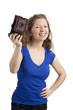 Stehende Frau hält antiken Fotoapparat hoch