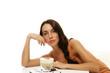 schöne frau lehnt sich über cappuccino kaffee