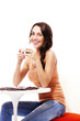 fröhliche frau sitzt an einem tisch mit espresso kaffee