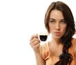 verärgerte junge frau mit einer tasse espresso kaffee