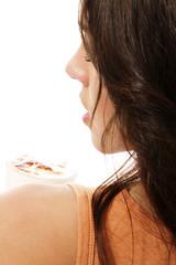 blick über die schulter einer frau mit latte macchiato