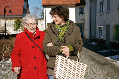 Leinwanddruck Bild Einkaufen mit Betreuerin