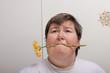 Geistig behinderte Frau hält Blume im Mund