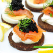 Canapes mit Lachs und Kaviar