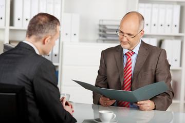 personalchef prüft die bewerbungsunterlagen