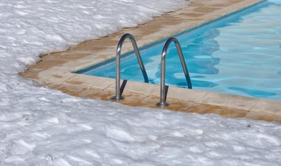 piscine en extérieur sous la neige