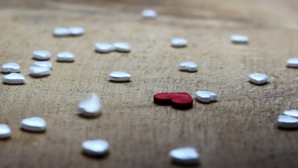 kleine Herzen fallen auf dem Tisch