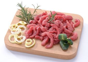 Straccetti di carne rossa sul tagliere