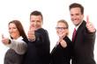 vier erfolgreiche geschäftsleute zeigen daumen hoch