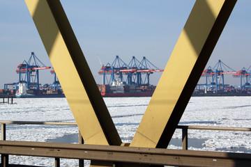 Hafenkräne durch die Kattwykbrücke