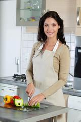 Jeune femme faisant la cuisine