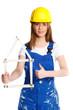 erfolgreiche heimwerkerin mit bauhelm zeigt daumen hoch