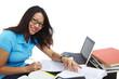 Studentin arbeitet am Schreibtisch 3, Blickkontakt, lächeln