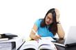 Studentin arbeitet am Schreibtisch 7, gestresst, Kopfschmerzen