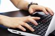 Auf dem Laptop Tastatur tippen