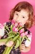 Mädchen mit rosa Tulpen