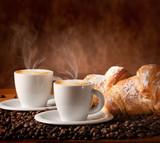 Tazzine di caffè caldo con brioches fresche