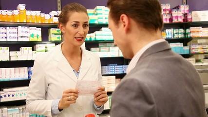 Apothekerin mit Kunden in der Apotheke