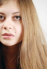 Portrait Junge Frau Close Up mit braunen Haaren