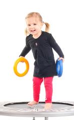 1.3.12 Kind mit Reifen auf dem Trampolin