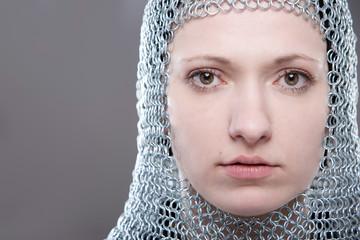 Portrait einer jungen Frau mit Kettenhaube