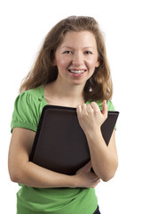 Lachende junge Frau hält Mappe