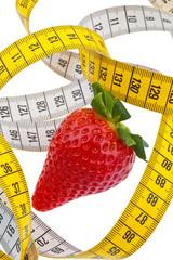 Erdbeere und Maßband für erfolgreiche Diät