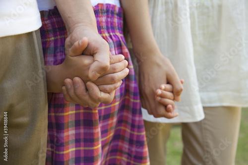 手をつないだ親子の手元