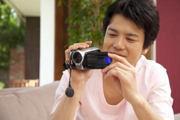 ビデオカメラで撮影をする男性