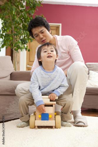手押し車で息子と遊ぶ父親