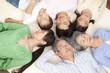 寝転がって目を閉じる親子3世代