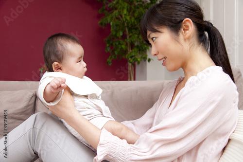 赤ちゃんをあやす母親