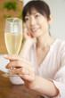 シャンパンを持った女性