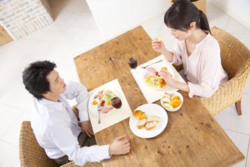 朝食中のカップル