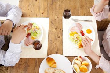朝食中のカップルの手元
