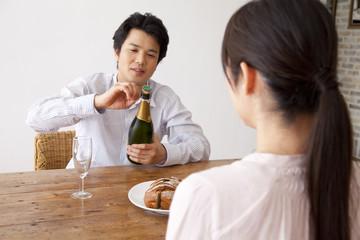 シャンパンを開ける男性