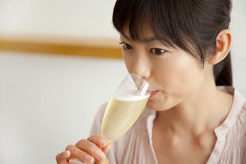 シャンパンを飲む女性