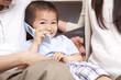 携帯電話で通話する男の子