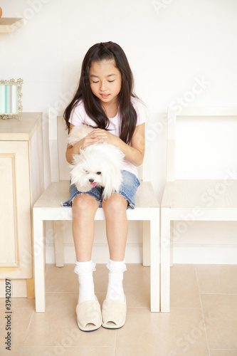 チワマルを膝に乗せる女の子