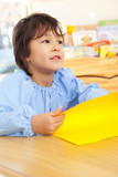折り紙を折る幼稚園男児